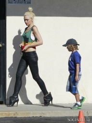 Gwen-Stefani-Skinny-Jeans-Kingston-Gavin-Rossdale-School-Run-Sherman-Oaks-CA-06292012-1-435x580