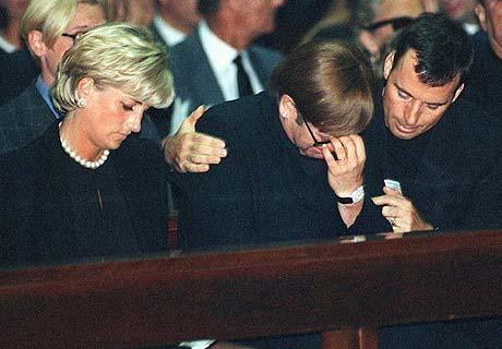 Elton Džon na sahrani Đanija Versaćija